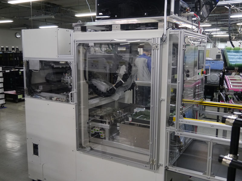 SMTラインに新たに導入した自動割板機。最終工程の自動化を図る