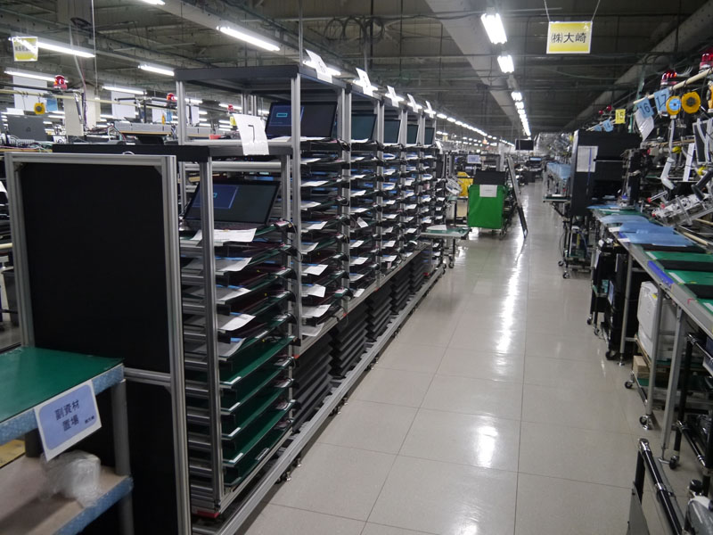 組立ラインの様子。左側の棚はコンパクトブースと呼ばれるPC個別の設定を行なう設備