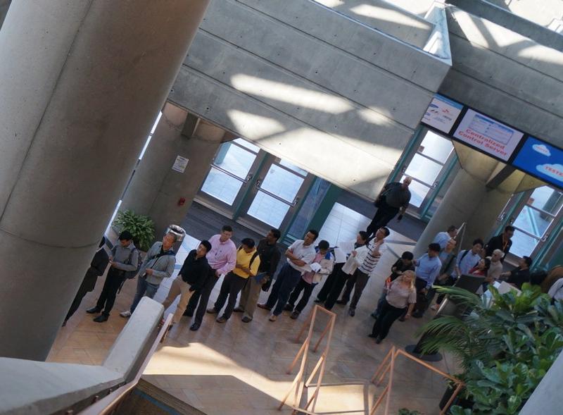 登録受付所の付近には、長い行列ができた。カンファレンス初日である8月13日の午前8時20分頃撮影