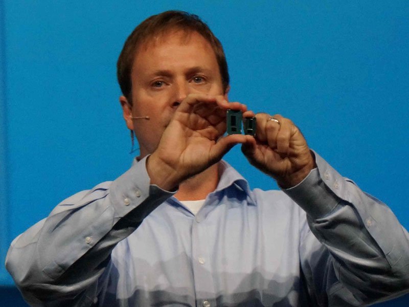 BroadwellとHaswellを両手に持つKirk Skaugen氏(Senior Vice President, General Manager, PC Client Group, Intel)