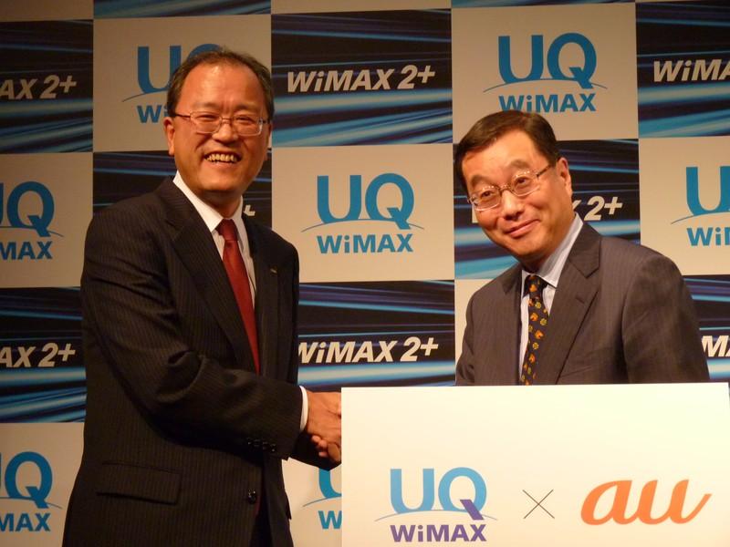 会見にはKDDIの田中孝司社長も登場。壇上で野坂社長とニッコリと握手