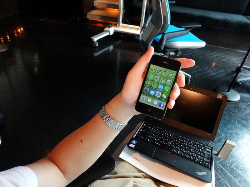 このようにスマートフォンを眺める場合、肘掛けを上げた方が良い