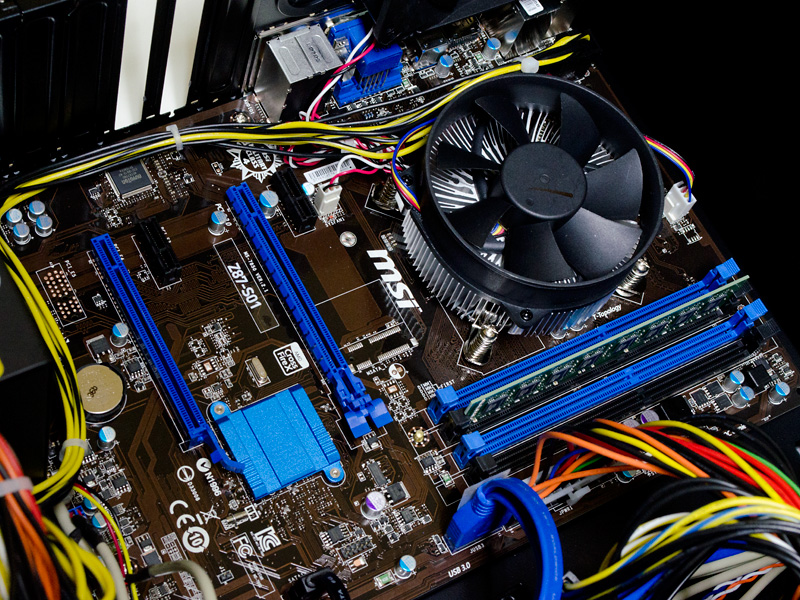 内部(CPU周辺)。CPUの右側に4つのメモリスロット。内1つに8GBを装着。拡張スロットはPCI Express x16×2(x16動作×1、x4動作×1)、同x1×2