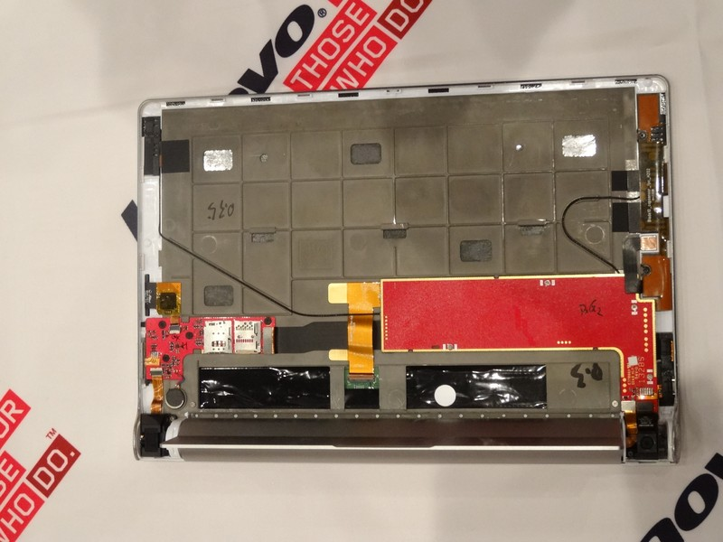 背面の分解図。バッテリをシリンダー部分へ内蔵したことで液晶裏面が薄くなっているが、Thinkpadなどでも使われている手法で強度を確保したという。またmicroSDカードスロットの脇にはSIMカードスロットを装備。3G対応版について「国内でも発表する方向で検討している」とコメントしている