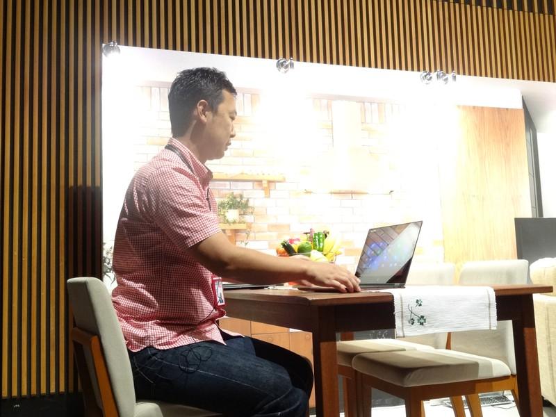 机の上では従来のノートPCのようなノートブックスタイルや、タッチ操作を優先させたスタンドモード