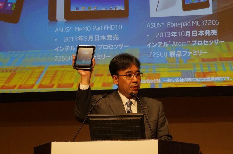 土岐英秋氏、手に持っているのはClover Trail+を搭載したFonepad 7