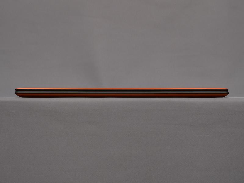本体正面。天板と底面がクレメンタインオレンジ、内部がブラックと、カラーは従来モデルを踏襲