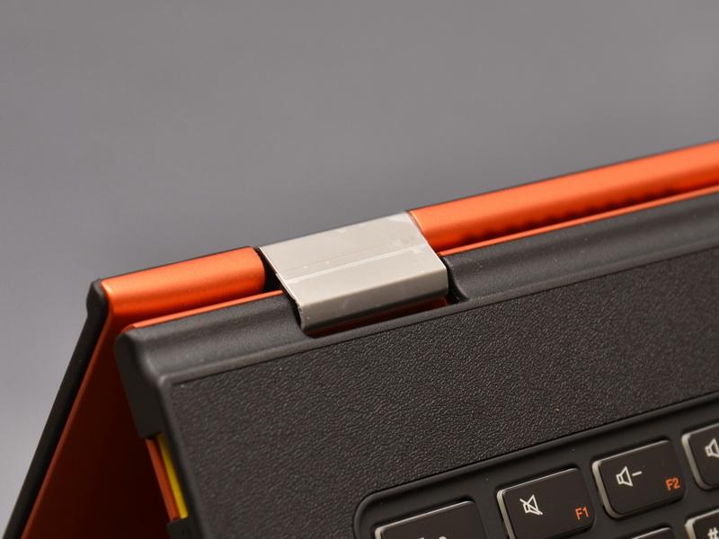 ヒンジ部は従来同様液晶側と本体側双方に回転軸があり、360度開閉可能となっている