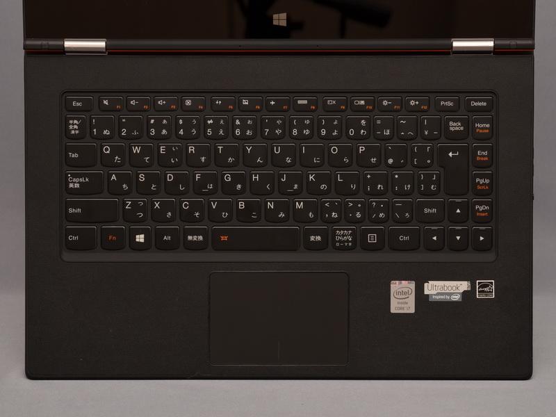 キーボードは、従来モデルとほぼ同じアイソレーションタイプのものを採用。液晶を180度以上開くとキーボードやタッチパッドの動作がオフとなるため、タブレットモードなどでの誤操作の心配もない