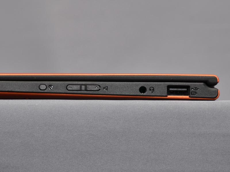 左側面には、ヘッドフォン/マイク共用ジャックとUSB 2.0×1ポートを備える。外部接続ポートは最小限で、拡張性はやや低い。また、画面回転オン/オフボタンとボリュームボタンも配置している