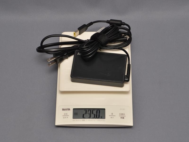 ACアダプタの重量は、電源ケーブル込みで実測295gだった