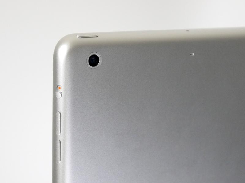 背面には500万画素の背面カメラを搭載。このほか、上面に電源ボタン、側面に回転/ミュートボタンと音量大小ボタンを搭載。いずれも従来モデルと同じ構成