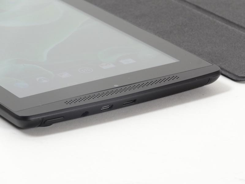 本体左側面はMicro USBポートがバスレフポートを兼用