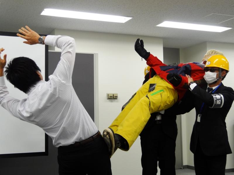部長が助けようとするも、ニコルに蹴りをかまされる