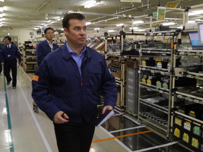 先頭に立って、生産ラインを精力的に視察するラピン社長