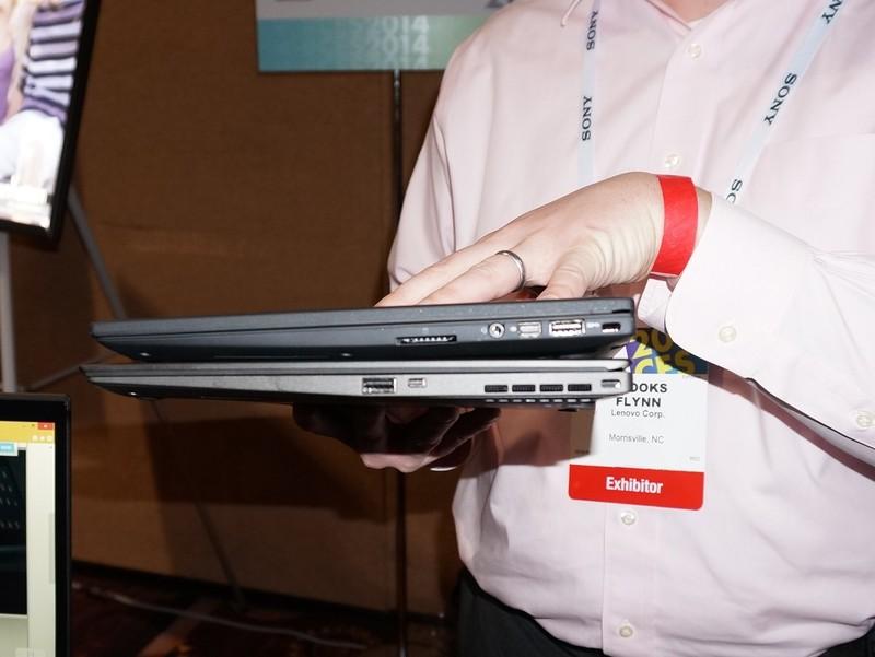 従来のThinkPad X1 Carbon Touch(上)との比較、同じタッチモデルだが、液晶部分が薄くなっていることが分かる