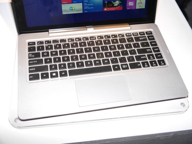 キーボードやタッチパッドは、これまでのASUS製ノートのものとほぼ同等。キーボード部にはバッテリは内蔵しないが、最大1TBのHDDを搭載する