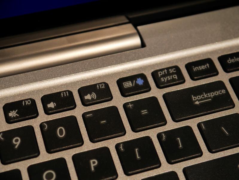キーボード上部に、WindowsとAndroidの切り替えボタンを備える