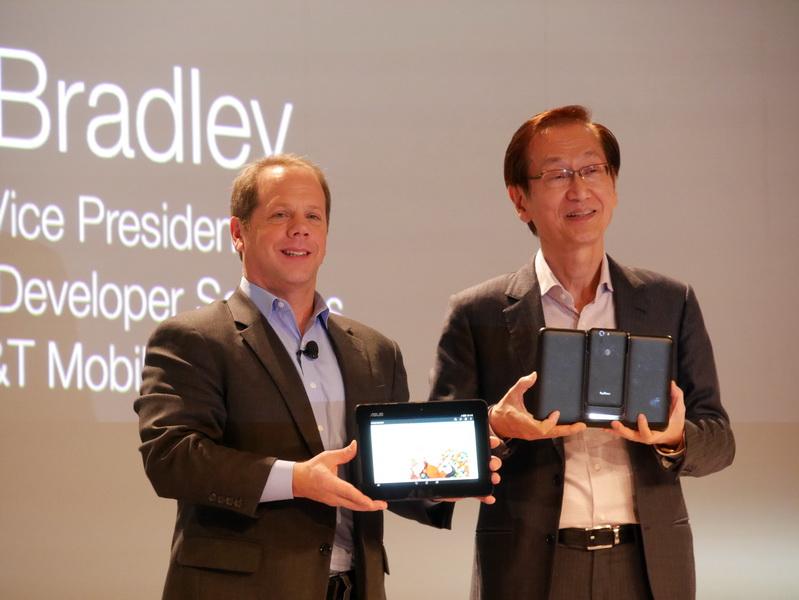 AT&Tの上級副社長、Jeff Bradley氏が登壇し、Jonney Shih氏とともにPadFone Xを紹介
