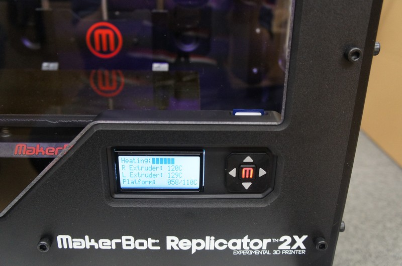 Raplicator 2Xは、SDカードスロットと液晶ディスプレイを備えており、スタンドアロンで動作する
