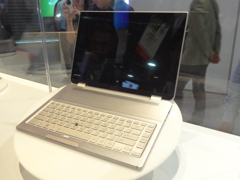 このようにキーボードが手前にある以外は、普通のクラムシェルノートと何ら変わりない