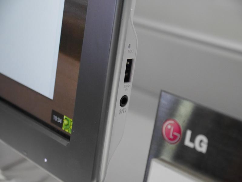 右側面にUSB 2.0とヘッドフォン/マイク共用ジャックを配置