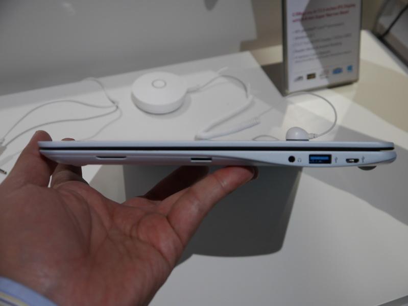 右側面。ヘッドフォン/マイク共用ジャックとUSB 3.0、Micro USB 2.0を備える