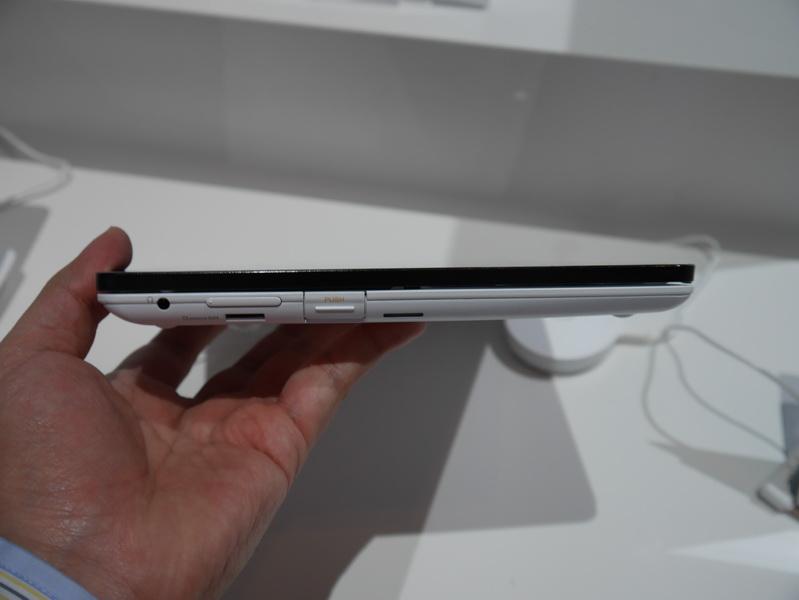 左側面。PUSHと書かれたボタンを押すと液晶が開く。microSDカードスロット、ボリュームボタン、ヘッドフォン端子なども配置