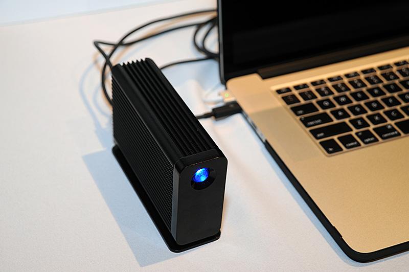 「LaCie Little Big Disk Thunderbolt 2」。Mac Proに合う光沢のある黒のカラーを採用した。LaCieによると4Kビデオ編集に適するとのこと