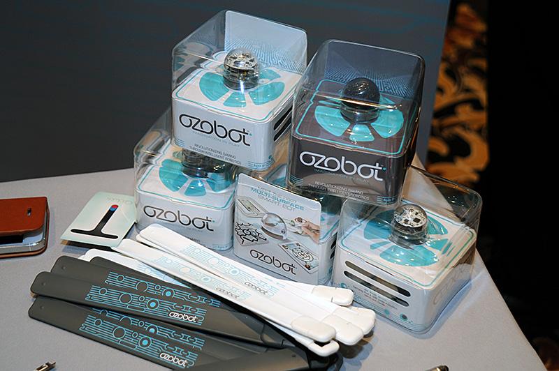 「Ozobot」。5個の光学センサーでラインを認識して走行する。ディスプレイに表示させたものと、紙などに書いたものをシームレスに自動認識する。アプリケーションとの連携でインタラクティブな遊び方ができる