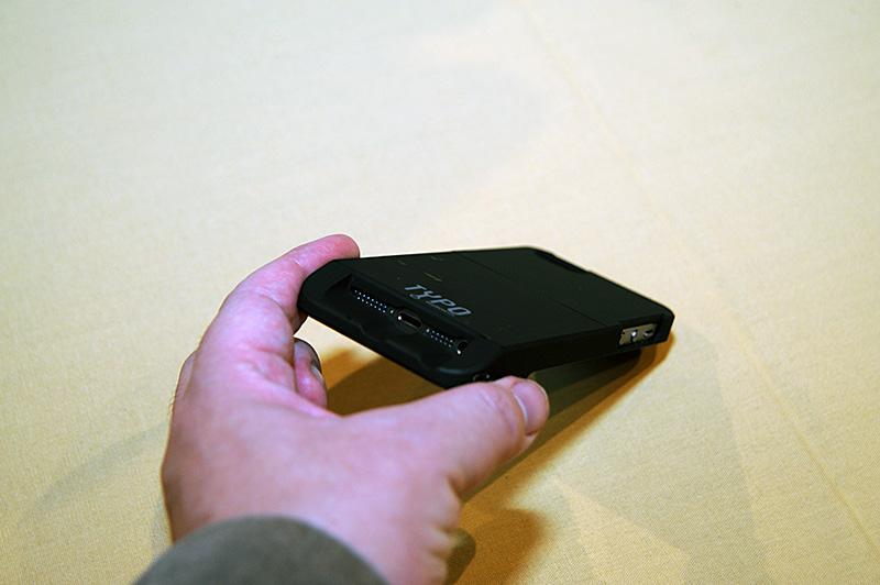 ホームボタンの上にキーボードが載る構造のため、iPhone 5sの指紋認証機能はケースを付けたままでは使えない。接続はBluetooth。iPhone側のコネクタはそのまま露出する格好になる
