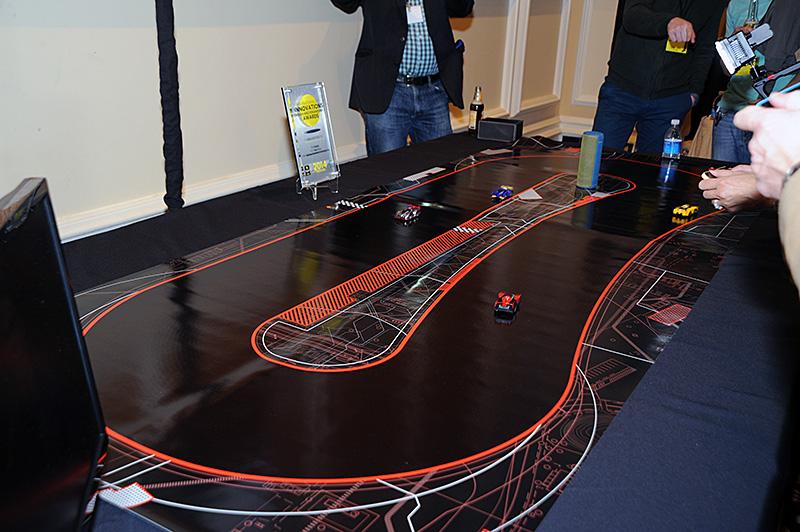 「ANKI Drive」。コースとラフは加工が異なっておりロボティクスカーの底面センサーによりコースアウトすることなく高速な走行が可能になっている模様
