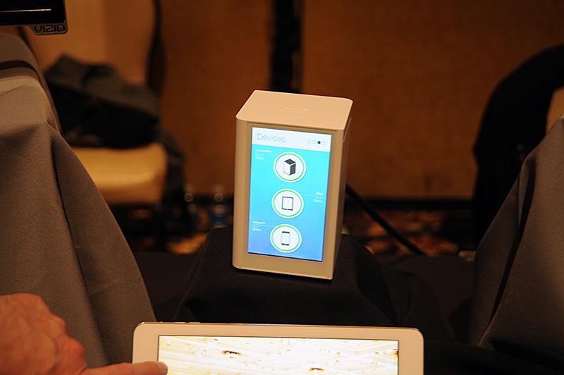 Lyveの宅内ユニットはAndroidをカスタマイズしたデバイス。2TBのHDDを内蔵し、プレビュー表示を兼ねるタッチ対応のスクリーンパネルを搭載する。スマートフォンで撮影された写真はクラウド経由でユニットに保存され、複数デバイス間での共有を行なう。HDMI出力を備え、大型のパネルで写真を見ることもできる