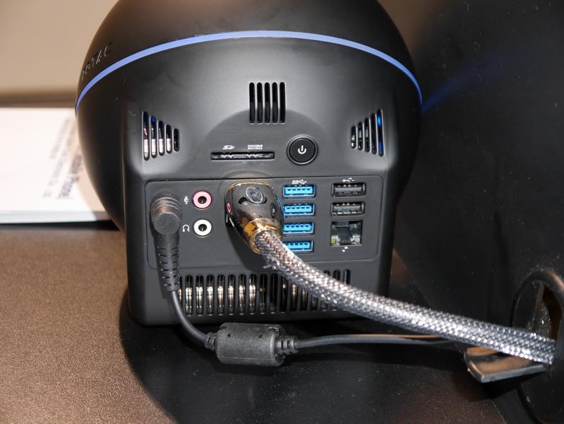 電源ボタンは背面に用意。出力ポートはHDMI出力、DisplayPort、USB 3.0×4、USB 2.0×2、Gigabit Ethernet、SDカードスロットなどと豊富に用意