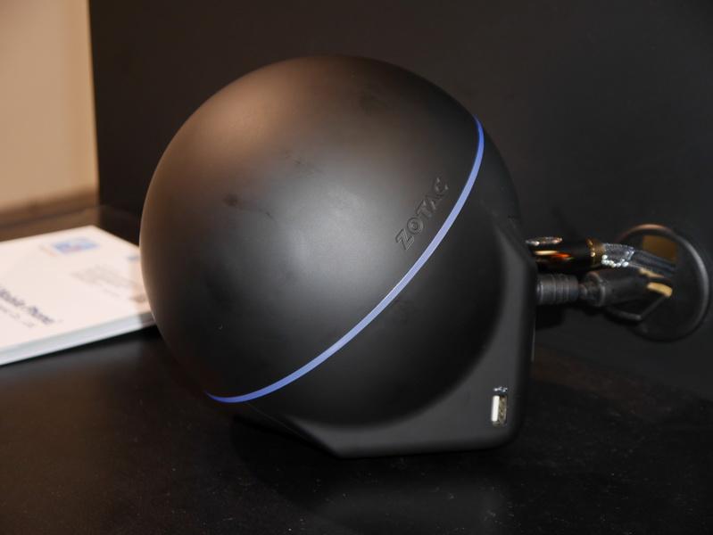 側面にもUSB 2.0ポートを備える。横から見ると球形ではないことが分かる