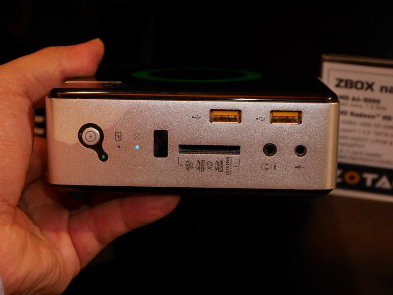 前面には、SDカードスロット、USB 2.0×2を用意。小型ながら外部ポートはかなり豊富だ