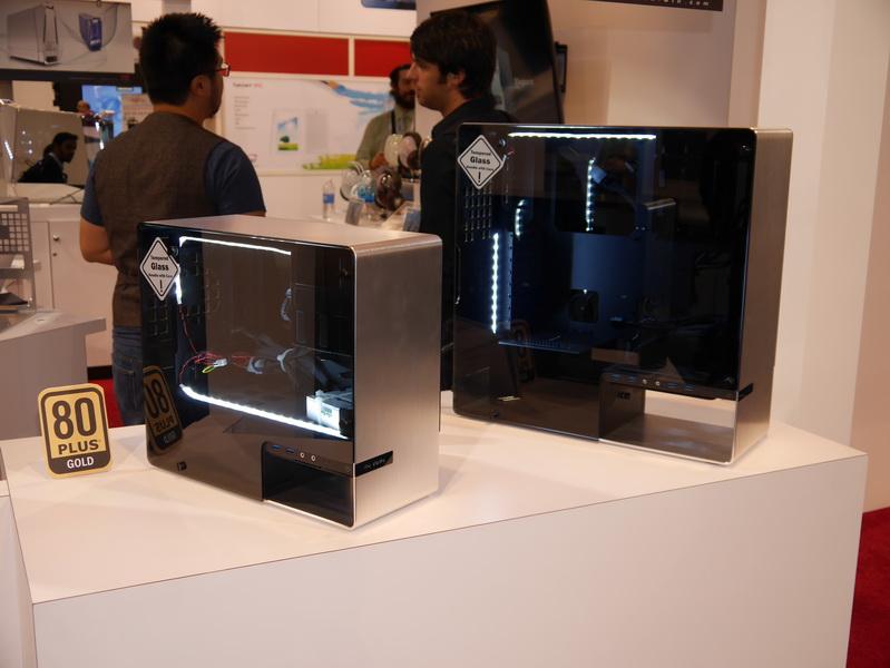 1枚のアルミ板を曲げて成型したフレームと強化ガラスで構成されるPCケース「901」および「904」