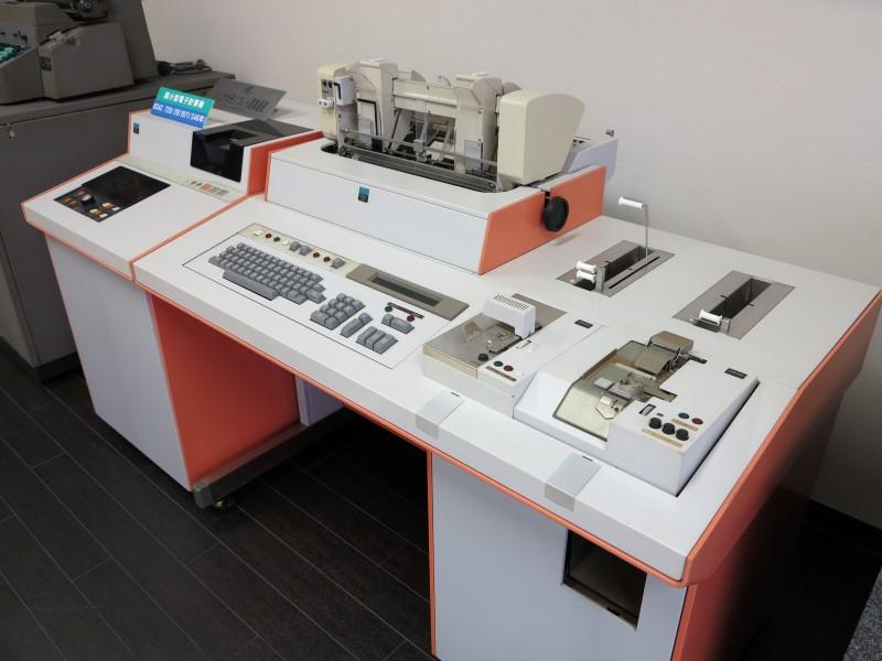 「USAC720」(1971年)。後々のオフコン製品に近づいた最初の製品で、シリーズ化されロングセラーとなった。価格は同じく550万円から