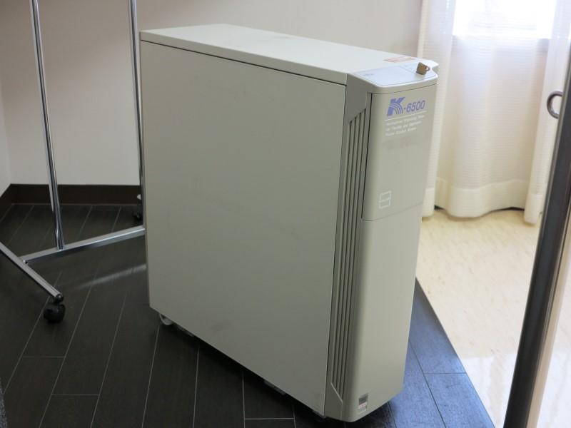 「FACOM Kシリーズ」。1984年に登場し、オフコン分野で初めて分散処理形態を確立した製品。1996年までのおよそ10年間でシリーズ累計40万台以上を販売した。写真は「K-6500」