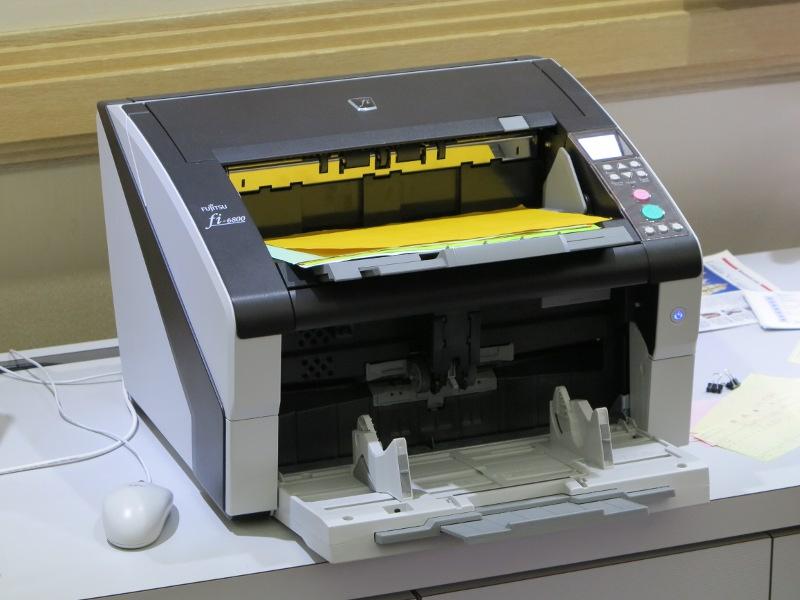業務用スキャナfiシリーズは世界市場で高いシェアを誇る。これは毎分130枚/260面の読み取りに対応した「fi-6800」。ScanSnap iX500が毎分25枚/50面なのでまさにケタ違いだ