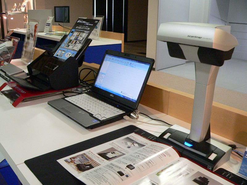 こちらは現在の同社コンシューマ向けスキャナの主力モデル、ScanSnap SV600(手前)とScanSnap iX500(奥)など