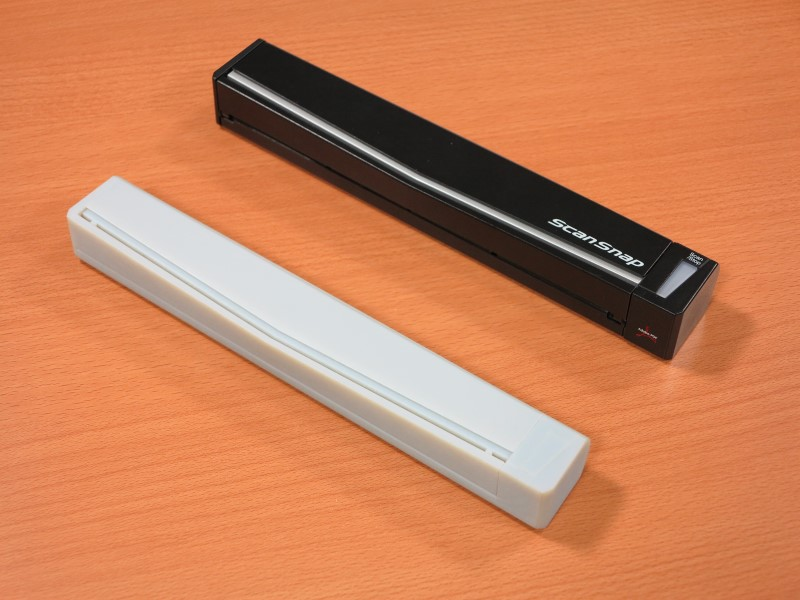 3Dプリンタで制作されたScanSnap S1100のデザインモック。実際に触れて大きさや重量を確認するために作られる