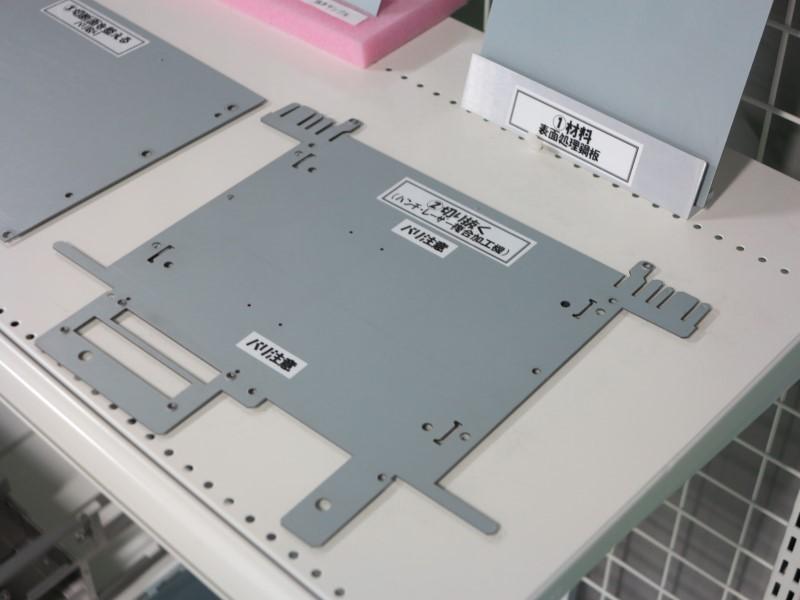 量産モデルは一般的に専用金型を作って金属板を抜くが、ここは少量多品種生産のため汎用金型とレーザーでカットしている