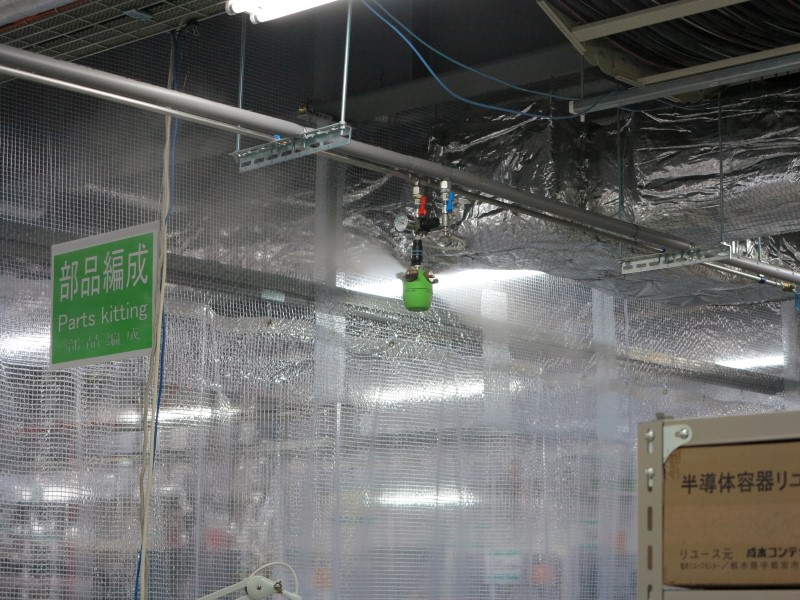 プリント板の組立ラインでは湿度が常に最適に保たれるよう純水を噴霧して加湿している。床も静電気を逃がすタイルを使用し、精密部品を扱う製造ラインには仕切りを設けホコリが入らないように配慮している