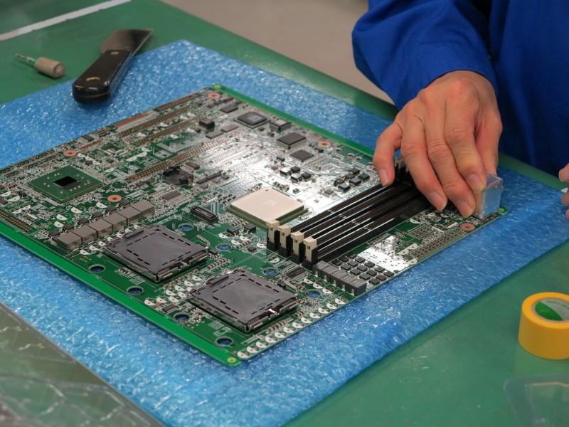 キーボードやマウスのコネクタなど、少量多品種ゆえ機械での実装では効率が悪い部品は手付けで実装を行なう。これでプリント板は完成