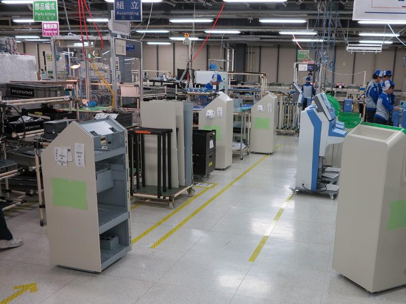 ProDeS製品は製品の大きさに合わせて4つの組立ラインがある。いちばん大きいのはこの情報KIOSK端末で、ラインはUの字で折り返すようになっている