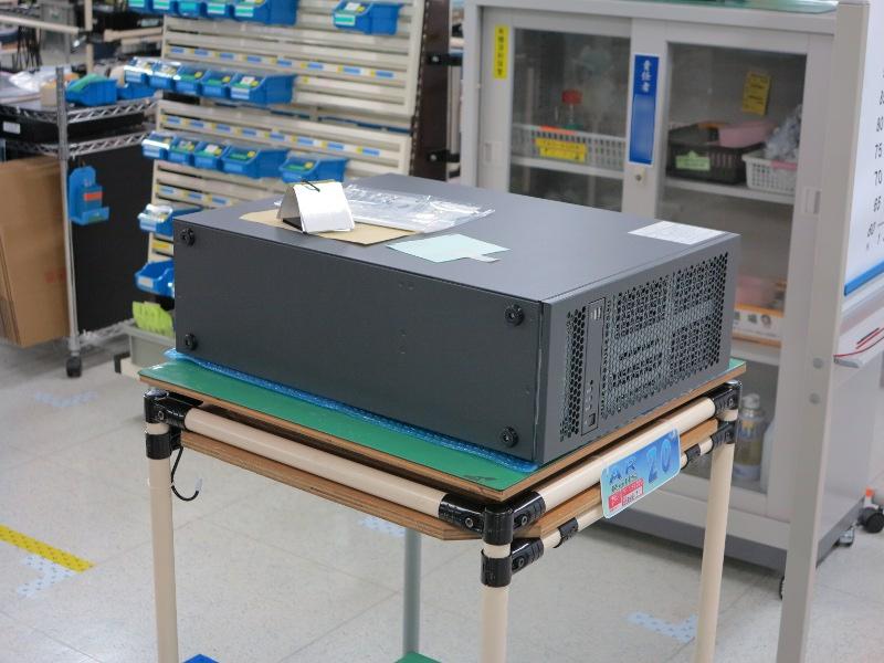 組み込み型のPCを生産しているライン。PCのBTOなどと同じ仕組みで、装置ごとにメモリの容量やCPUのグレードを変更している