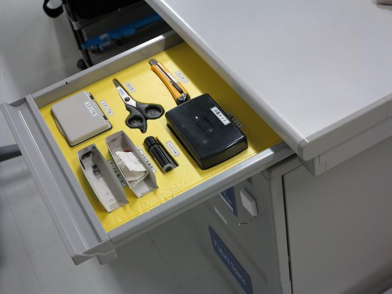 工場内の事務所。引き出しの中も文具の置く位置が決められているなど、整理整頓が徹底されている。工場内の生産ラインや組立ラインと同様、事務部門も同様に3S(整理・清掃・整頓)に取り組んでいる例