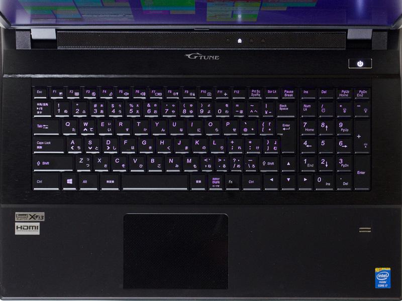 キーボードは10キー付き。[Fn]キーが[スペース]キーの右に1つしかないなど、一部レイアウトが変わっている。右手前に指紋センサー