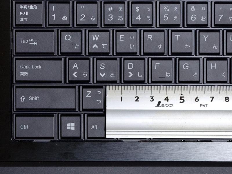 キーピッチは実測で約19mm。[スペース]キーの右側の[<][>][?]など、一部ピッチが狭い